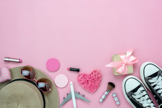 Vista superior de la mesa de decoraciones del día de san valentín y las mujeres de cosméticos
