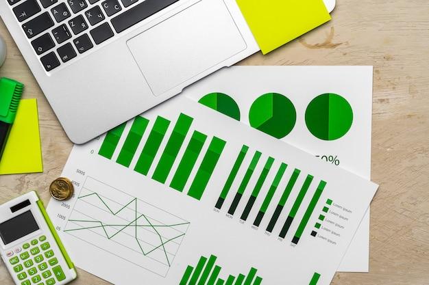 Vista superior de la mesa con documentos financieros y calculadora.