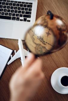 Vista superior de la mesa del empresario con laptop, café y globo