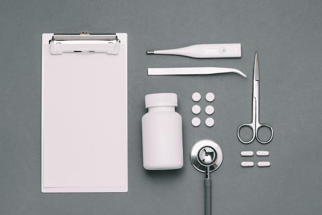 Vista superior de la mesa de escritorio del médico con estetoscopio y artículos médicos. endecha plana.