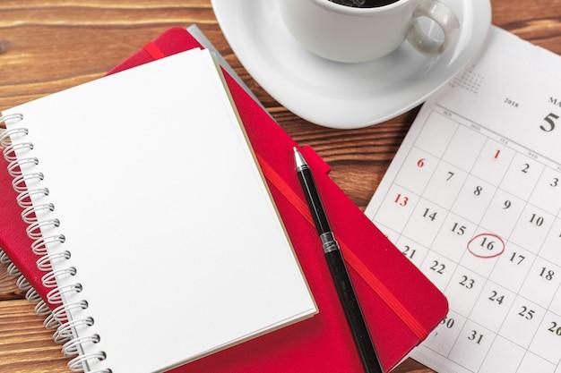 Vista superior de la mesa de escritorio de oficina. bloc de notas con páginas en blanco en mesa de madera