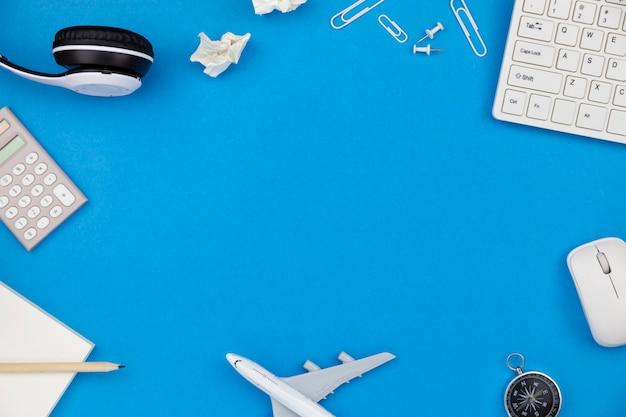 Vista superior de la mesa del escritorio de oficina del lugar de trabajo de negocios y objetos comerciales sobre fondo azul