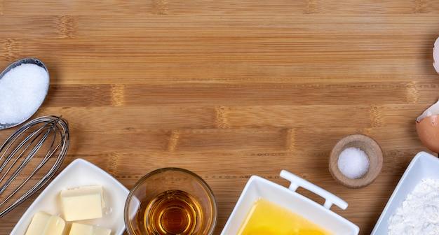 Vista superior de una mesa de madera con ingredientes para panadería.