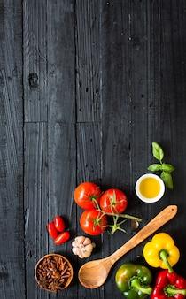 Vista superior de la mesa de madera llena de ingredientes de pasta italiana
