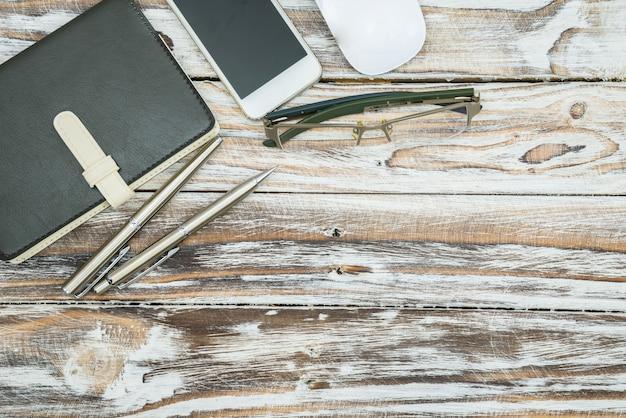 Vista superior, mesa de madera con material de oficina.