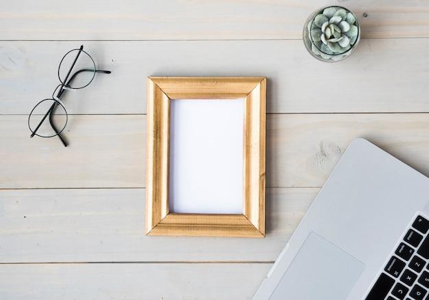 Vista superior de la mesa con marco en blanco