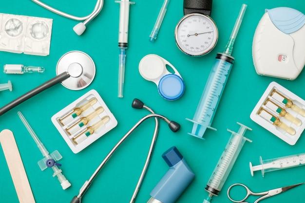 Vista superior de la mesa del médico con estetoscopio y otros equipos