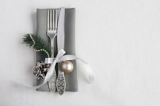 Vista superior de la mesa de navidad en la servilleta gris