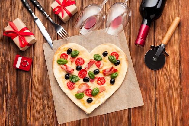 Vista superior de la mesa romántica con pizza