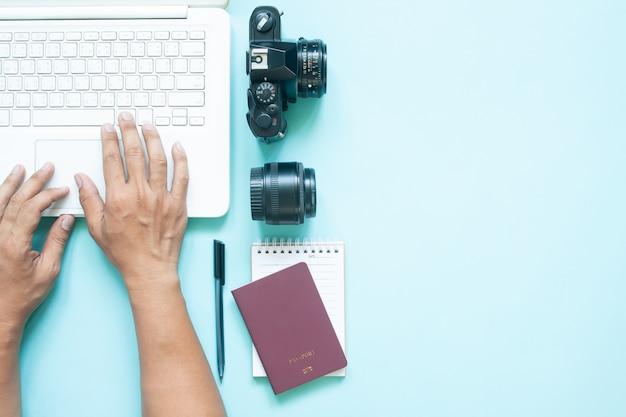 Vista superior de la mesa de trabajo de blogger con laptop.