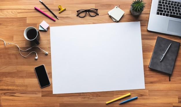 Vista superior de la mesa de trabajo con fondo blanco espacio coppy.plan de negocios y conceptos de gestión