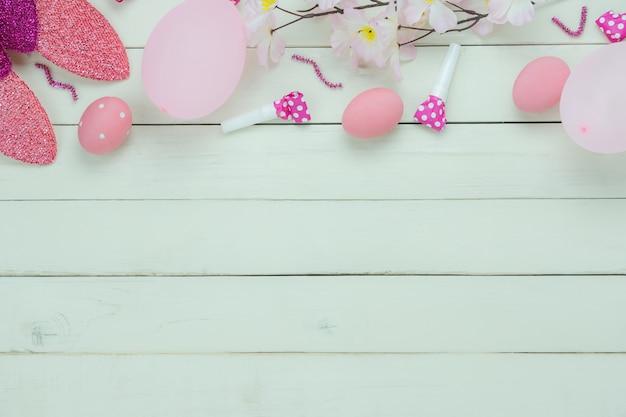 Vista superior de la mesa de vacaciones decoraciones felices fiestas de pascua.