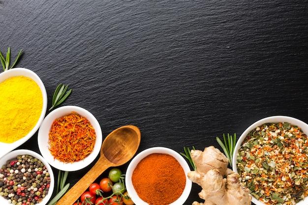 Vista superior mezcla de especias en polvo en la mesa