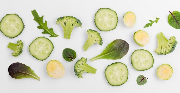 Vista superior mezcla de hojas de ensalada y rodajas de pepino