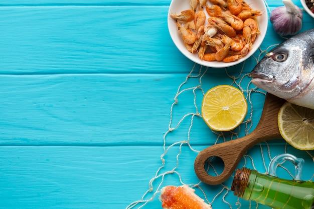 Vista superior mezcla de mariscos frescos en la mesa