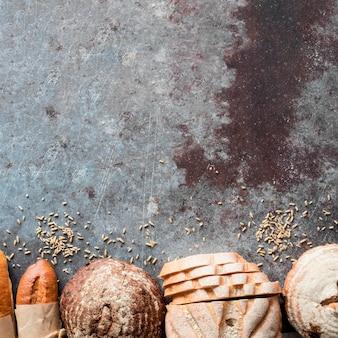 Vista superior de la mezcla de panes con semillas y espacio de copia