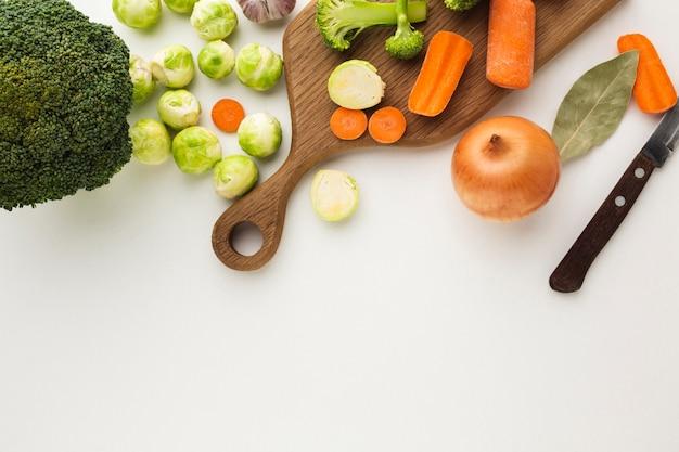 Vista superior mezcla de verduras en tabla de cortar con espacio de copia