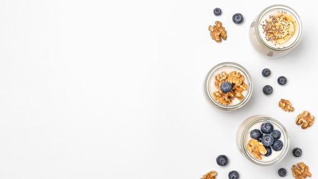 Vista superior mezcla de yogurt y frutas con espacio de copia