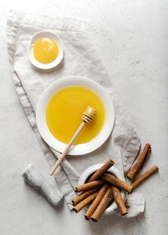 Vista superior de miel y canela