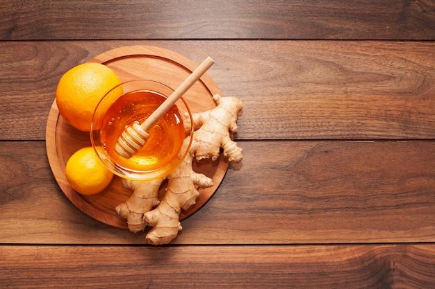 Vista superior de miel casera con jengibre y limón