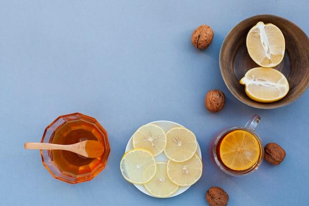 Vista superior de miel casera con limón