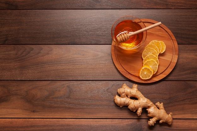 Vista superior de miel casera en la mesa
