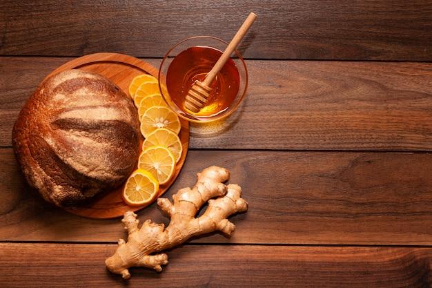 Vista superior de miel casera con pan