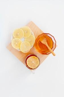 Vista superior de miel orgánica con rodajas de limón