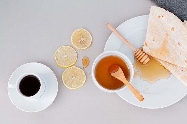 Vista superior de miel orgánica con tortillas