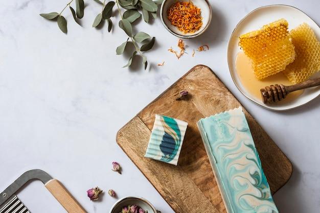 Vista superior de miel, plantas y jabón.