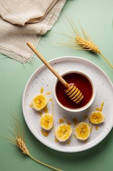 Vista superior de miel y plátano.
