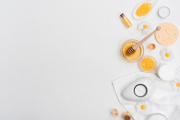 Vista superior de miel y sales de baño para spa