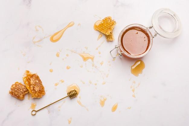 Vista superior miel con trozos de panal
