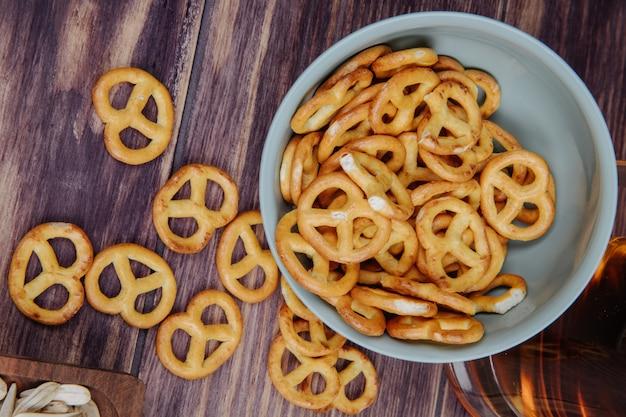 Vista superior de mini pretzels en un recipiente rústico