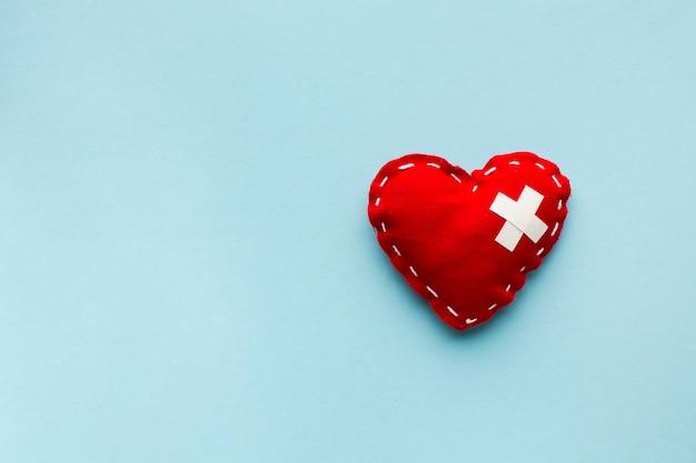 Vista superior minimalista corazón rojo sobre fondo azul