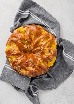 Vista superior minimalista tarta de manzana en paño de cocina