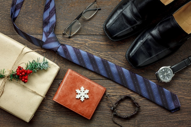 Vista superior de la moda de los hombres de accesorios para viajar con decoraciones y adornos feliz navidad y feliz año nuevo concepto de festival. artículos esenciales se preparan para el viajero adulto o adolescente en la temporada.