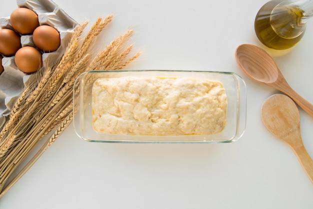 Vista superior molde de pastel con masa