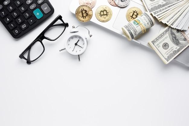 Vista superior de monedas y billetes en la computadora portátil