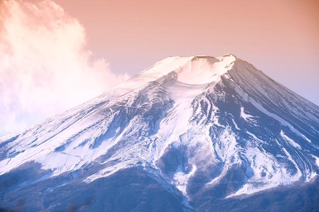 Vista superior de la montaña fuji con nieve cubrió la cima en el crepúsculo cielo colorido