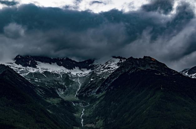 Vista superior de montañas bajo cielo nublado gris