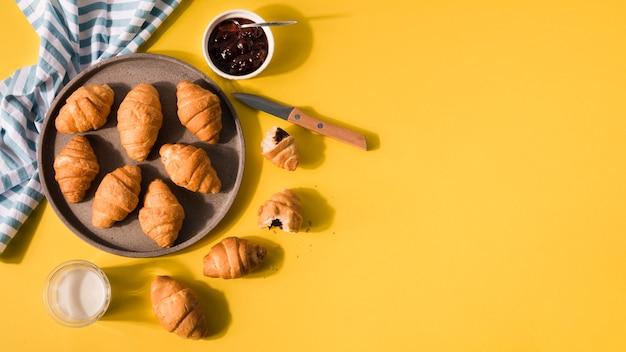 Vista superior montón de deliciosos croissants con espacio de copia