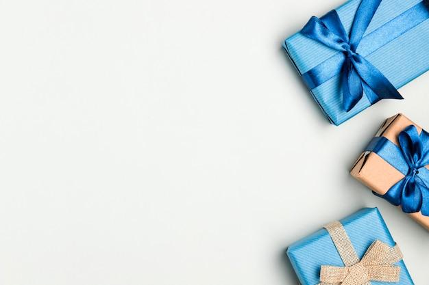 Vista superior montón de regalos para el día del padre