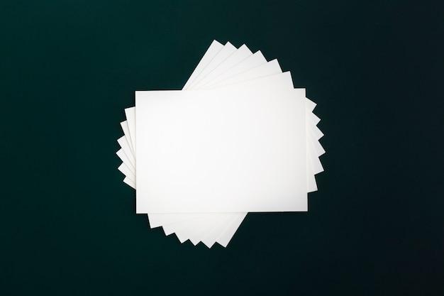 Vista superior montón de tarjetas de papel