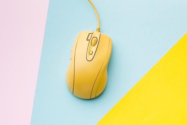Vista superior del mouse amarillo de la computadora
