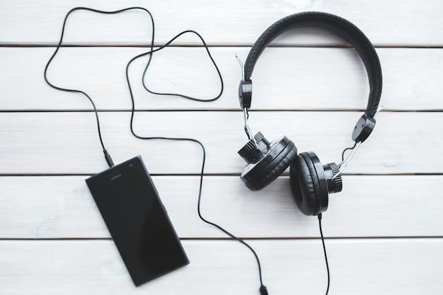 Vista superior de móvil con auriculares