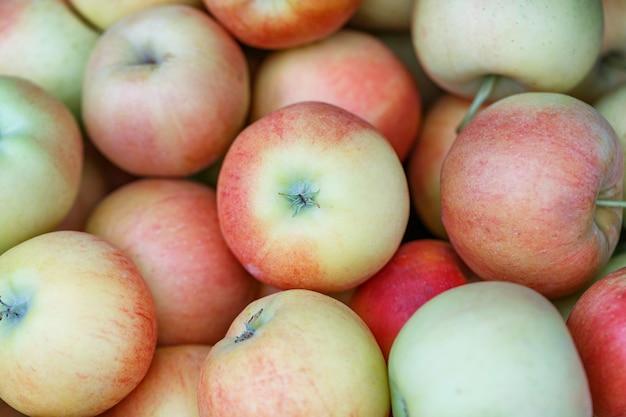 Vista superior de muchas manzanas maduras