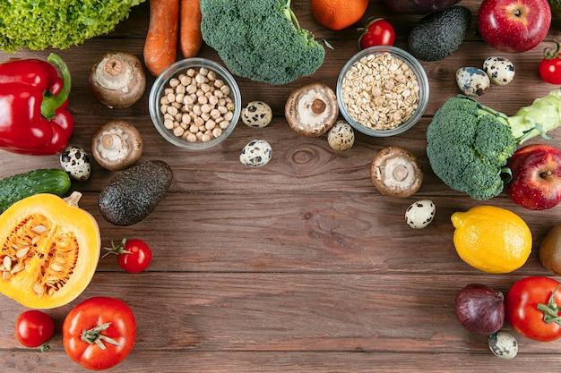 Vista superior de muchas verduras con espacio de copia