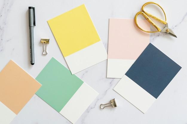 Vista superior de muestras de color en plano