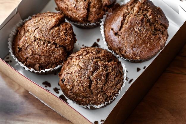 Vista superior de muffins de chocolate recién horneados en una caja de papel
